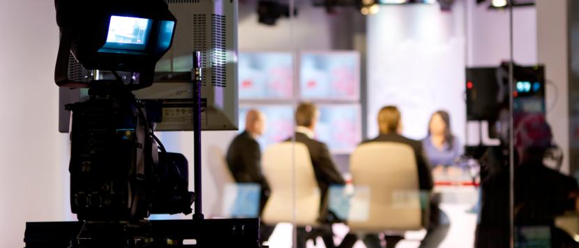 Sur un plateau télévision, deux hommes et deux femmes, tous blancs. Une norme à la télévision.